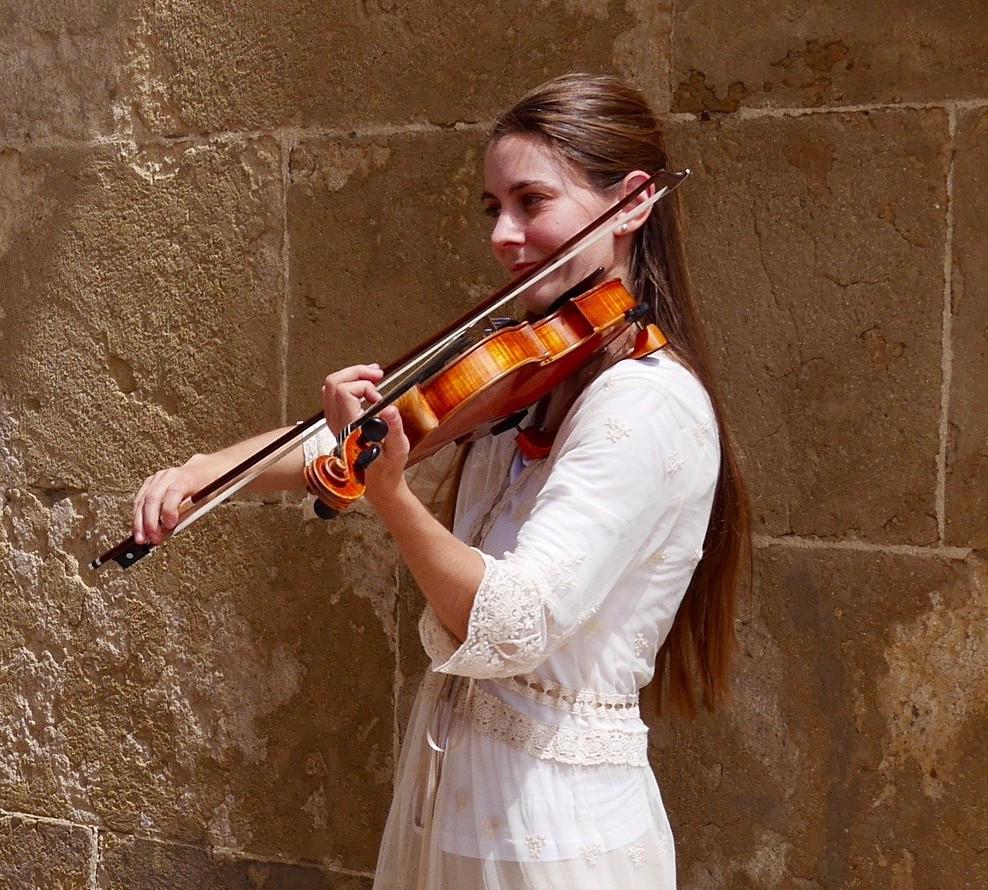 La violinista Klara Gomboc que toca en la Puerta del Puente de Córdoba